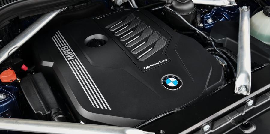 Hay dos opciones, la X5 xDrive40i con 335 caballos de fuerza y la X5 xDrive50i con 456 caballos de fuerza.