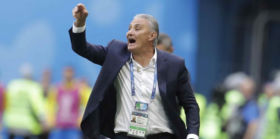 En medio de la celebración del primer gol de Brasil, Tite se cayó y dio una vuelta encima del césped.  (AP) (horizontal-x3)