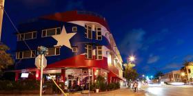 """La bandera de Puerto Rico permanecerá en la fachada de """"La Placita"""" en Miami"""