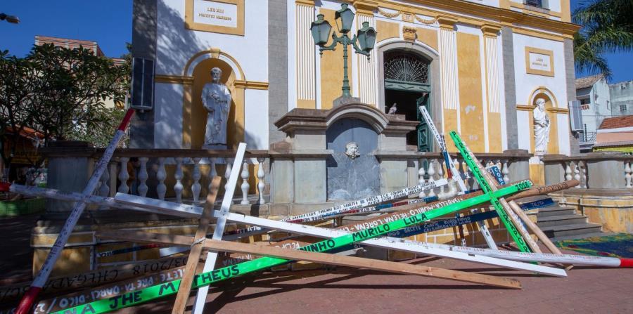 En Bom Jesus de Pirapora, en Brasil, se colocan cruces frente al santuario. Se efectúan  procesiones. También se hacen muñecos de paja, que simbolizan a Judas, y se queman en la calle como señal del fin de la Cuaresma. (EFE)