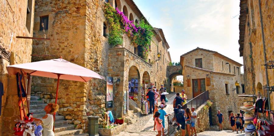 La villa de Pals con sus calles empedradas, torres medievales y ventanas góticas invita a conocerla con detenimiento.