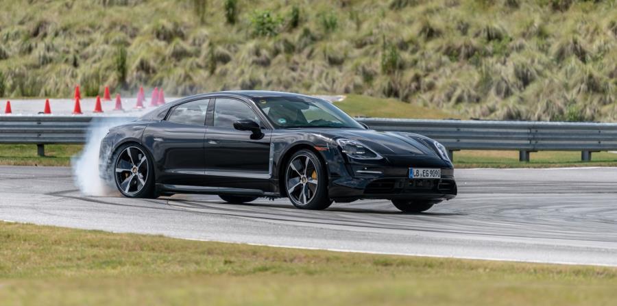 El Porsche Taycan  camuflajeado derrapa en la pista del Porsche Driving Experience, en Atlanta. (Suministrada)