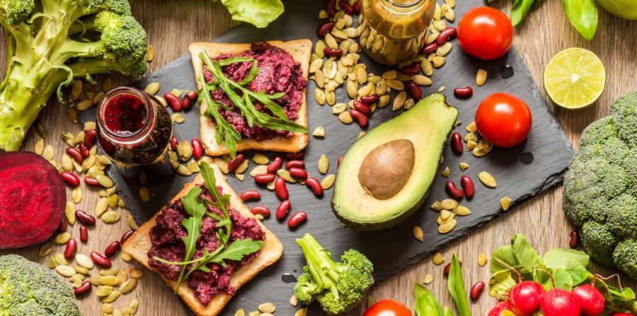 Hummus, gnocchi de zanahorias, tofu frito, tacos de coliflor y mouse de chocolate y aguacate son algunos de los nuevos platos que estarán disponibles en los parques Disney en Estados Unidos. (Shutterstock)
