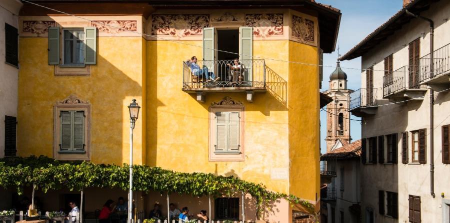 Uno de los cafés en la piazza Castello, pintoresca plaza de la aldea La Morra. (The New York Times)