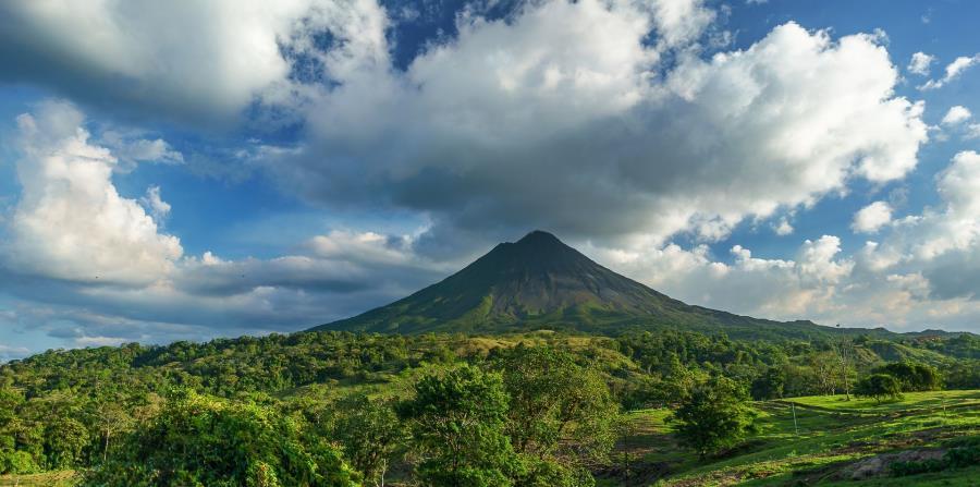 Costa Rica ostenta volcanes indómitos, junglas desmesuradas, bosques húmedos, playas paradisíacas, grandes cascadas y ríos caudalosos.
