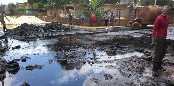 Derrame de petróleo recorre calles de pueblo cubano