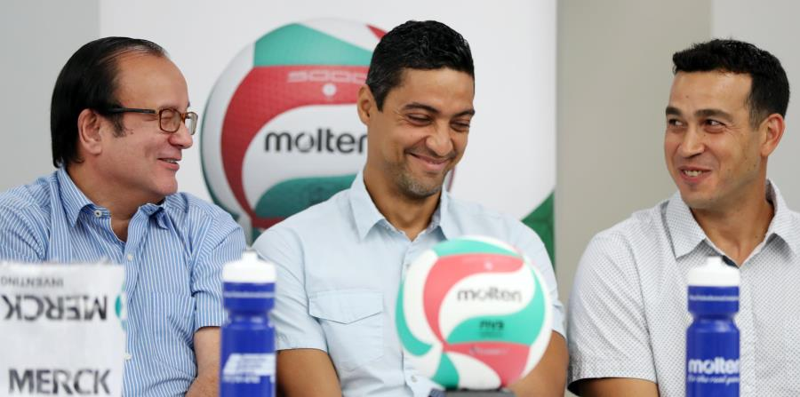 """De izquierda a derecha, Jerry Negrón, secretario general de la Federación Puertorriqueña de Voleibol, junto a los exjugadores Héctor """"Picky"""" Soto y Fernando Morales, a quienes se les dedica la temporada. (horizontal-x3)"""