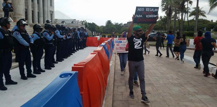 Los manifestantes rechazan la enmienda al Código Penal por considerarla una afrenta a la libertad de expresión, a su derecho a protestar, a su único mecanismo para evitar el carpeteo, entre otras razones. (horizontal-x3)