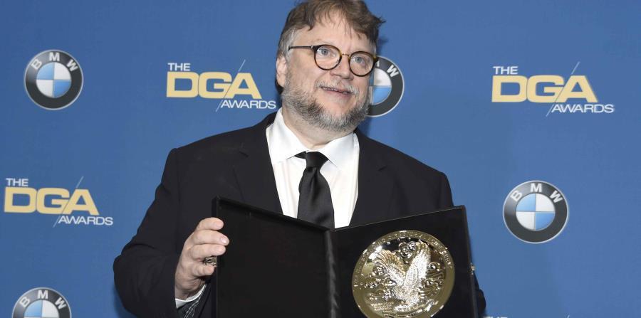 Guillermo del Toro posa en la sala de prensa con una placa por su nominación. (horizontal-x3)