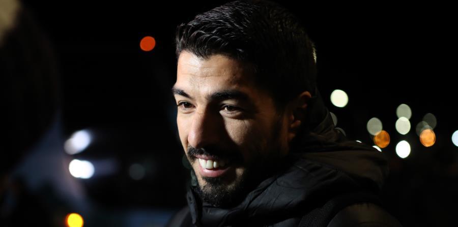 El delantero de la selección uruguaya, Luis Suárez, habla con la prensa a su llegada al aeropuerto de Montevideo procedente de Nizhny, Rusia, tras disputar el Mundial de Rusia 2018. (Agencia EFE) (horizontal-x3)