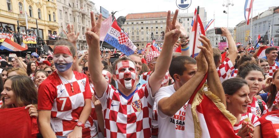 Los astros croatas saludaron a sus seguidores a lo largo del camino, subidos al autobús, envueltos en banderas y bufandas en los colores nacionales de croatas. (horizontal-x3)