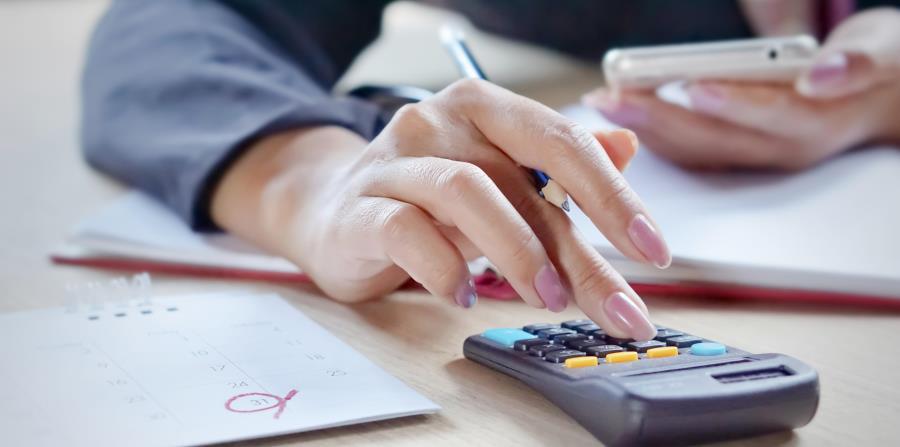 Se recomienda anotar a cuánto ascienden nuestros ingresos netos, los pagos mensuales que hacemos y  todos los demás gastos. (horizontal-x3)