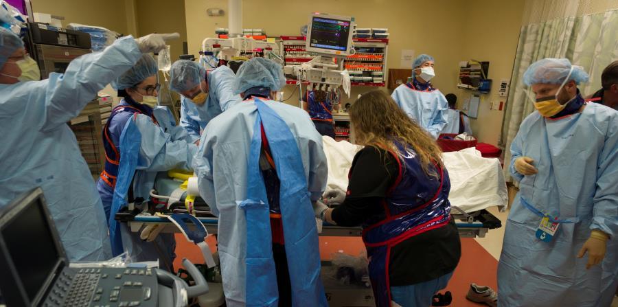 Un equipo multidisciplinario del Centro De Trauma de la Universidad de la Florida, en Gainesville, atiende a toda prisa a un paciente. (Suministrada / Guiliano De Portu / UF Health) (horizontal-x3)
