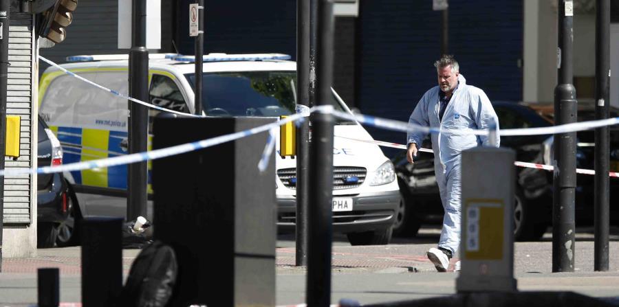 Equipos forenses investigan la escena donde ocurrió el ataque en Londres. (horizontal-x3)