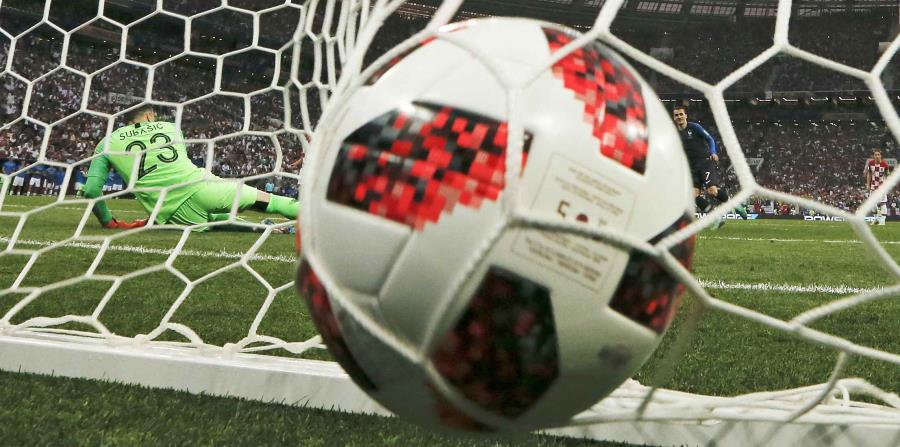 Danijel Subasic falla en detener el disparo de Antoine Griezmann, quien cobró el penal por Francia en la final del Mundial. (AP) (horizontal-x3)