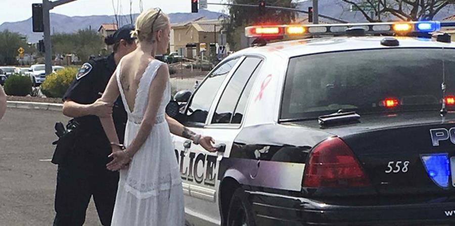 La foto muestra a Amber Young, de 32 años, al ser arrestada. (horizontal-x3)