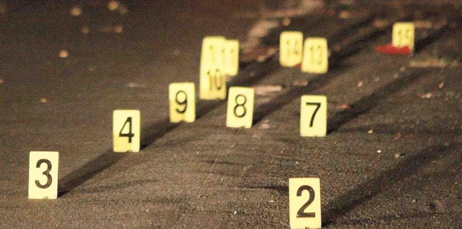 La Policía identifica con números el número de proyectiles encontrado en la escena de un asesinato. (GFR Media) (horizontal-x3)