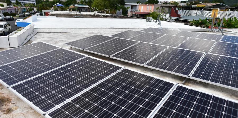 Los paneles solares de techo recargan la batería del hogar durante el día. (horizontal-x3)