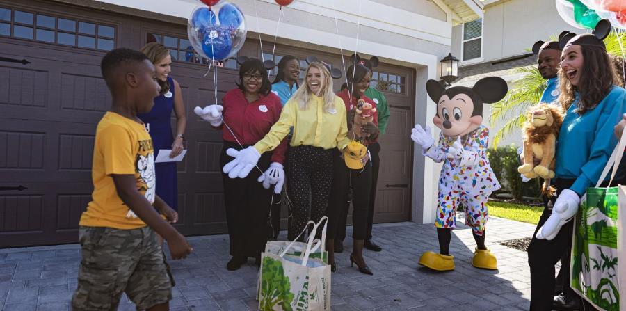El niño fue sorprendido en su casa por Mickey Mouse. (Suministrada)