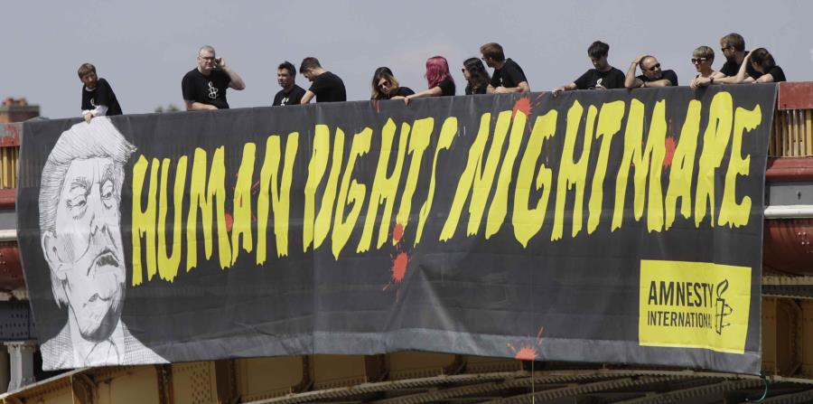 Esta es la pancarta desplegada hoy en un puente de Londres por Amnistía Internacional. (AP) (horizontal-x3)