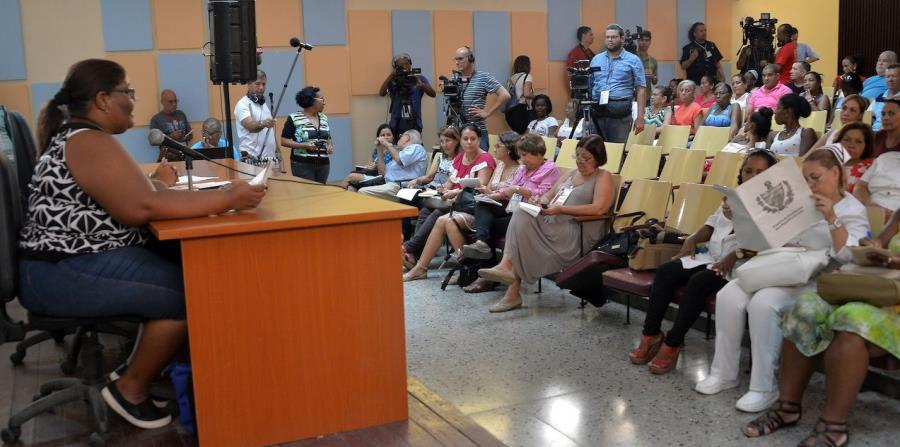 Profesionales de la salud participan de una de las reuniones de discusión del proyecto de nueva Constitución en Cuba. (Suministrada) (horizontal-x3)