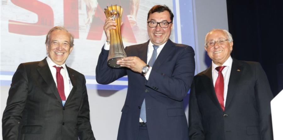 El presidente de la FIVB Ary Graça (derecha), junto al presidente de la Federación Rusa de Voleibol Stanislav Shevchenko (centro) y el presidente de la Federación Nacional de Italia, Pietro Bruno Cattaneo. (Cortesía FIVB.com) (horizontal-x3)