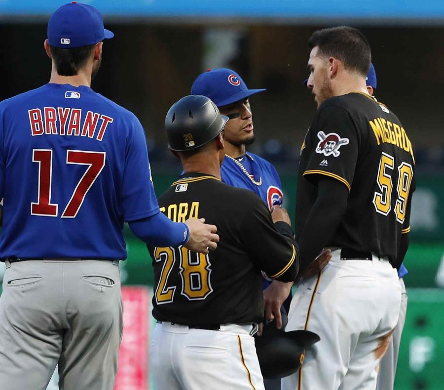 Joey Cora, coach de los Piratas, separa Joe Musgrove (59) y Javier Báez en la segunda base. (AP) (semisquare-x3)