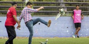 Un gerente de fútbol en Uruguay es sancionado por patear una gallina