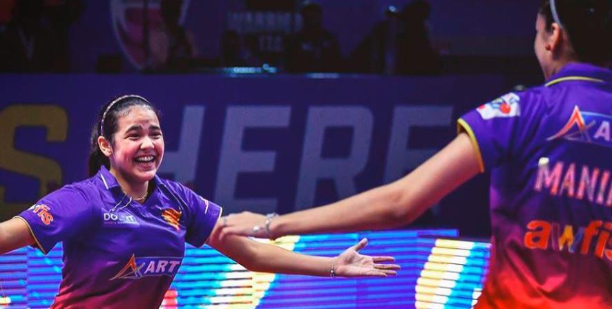 Adriana Díaz es felicitada por una compañera de equipo.  (Facebook / Dabang Smashers) (horizontal-x3)