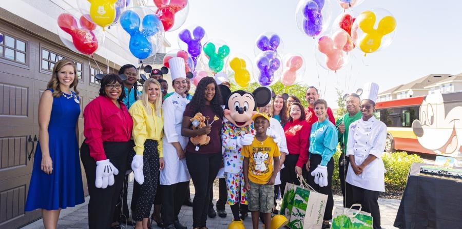 Todo un grupo de empleados de Walt Disney World llegaron en una enorme guagua de Disney con letreros de felicitaciones y obsequios.  (Suministrada)