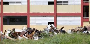 Denuncias por una escuela llena de basura