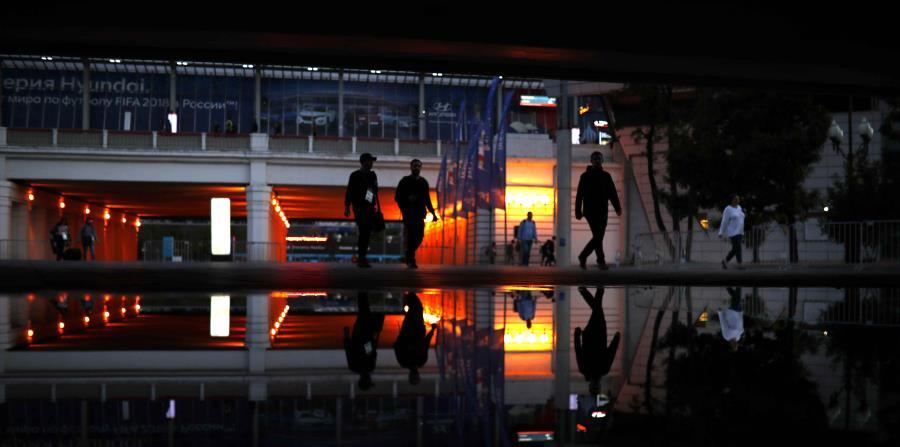 Vista nocturna del estadio Luzhniki en Moscú, recinto donde se jugará la final del Mundial. (AP) (horizontal-x3)