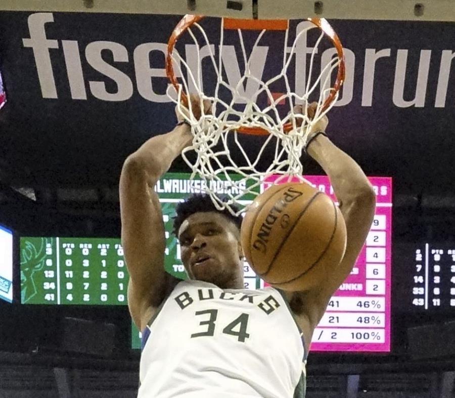 Giannis Antetokounmpo  lució con 30 puntos Y 17 rebotes por los Bucks. (AP) (semisquare-x3)