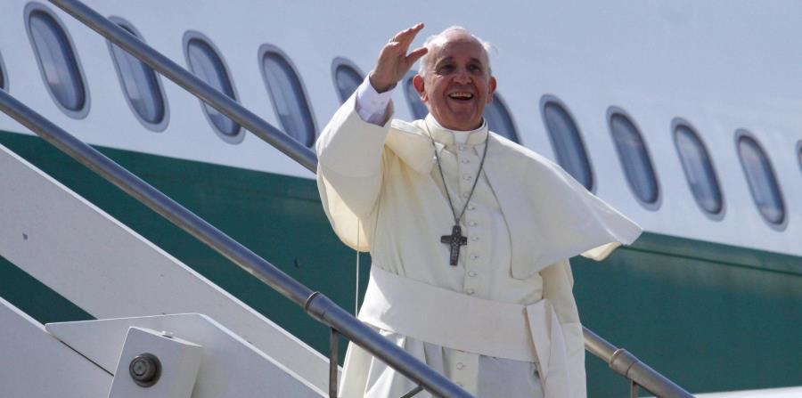 El papa Francisco embarca en su avión en el aeropuerto Fiumicino de Roma, Italia. (EFE) (horizontal-x3)