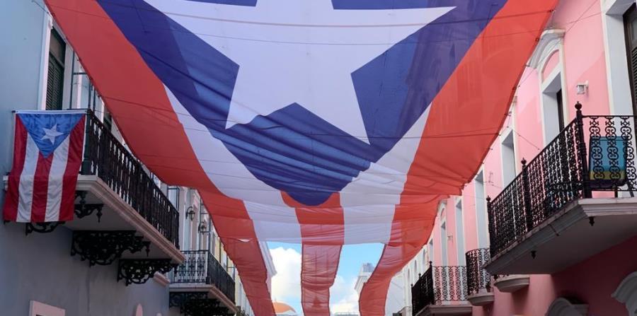 Instalan bandera gigante sobre la calle Fortaleza en el Viejo San Juan - El Nuevo Dia.com