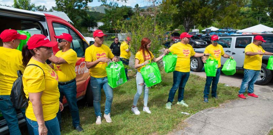 Voluntarios y empleados de Supermercados Selectos entregaron suministros en la Escuela Gloria Borrero, en Guayanilla. (Suministrada)