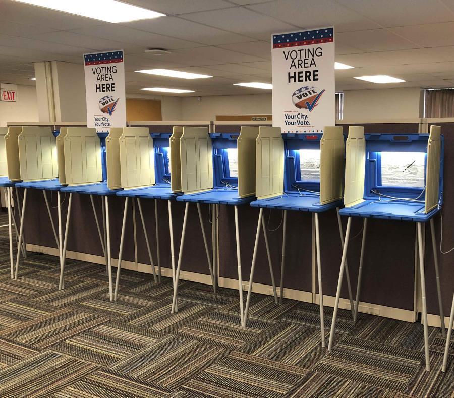 Máquinas de votación en Minnesota, listas para recibir a los votantes. (semisquare-x3)