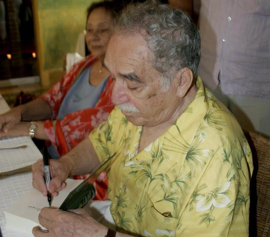 El escritor colombiano, premio Nobel de Literatura, Gabriel García Márquez, firma un ejemplar de la edición conmemorativa de su obra