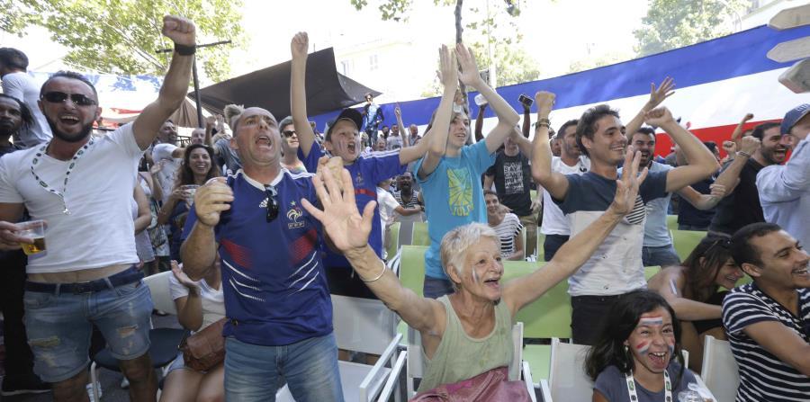 Seguidores de Francia celebran después de un gol de su equipo contra Uruguay durante su partido de cuartos de final en la Copa Mundial de fútbol 2018. (AP) (horizontal-x3)