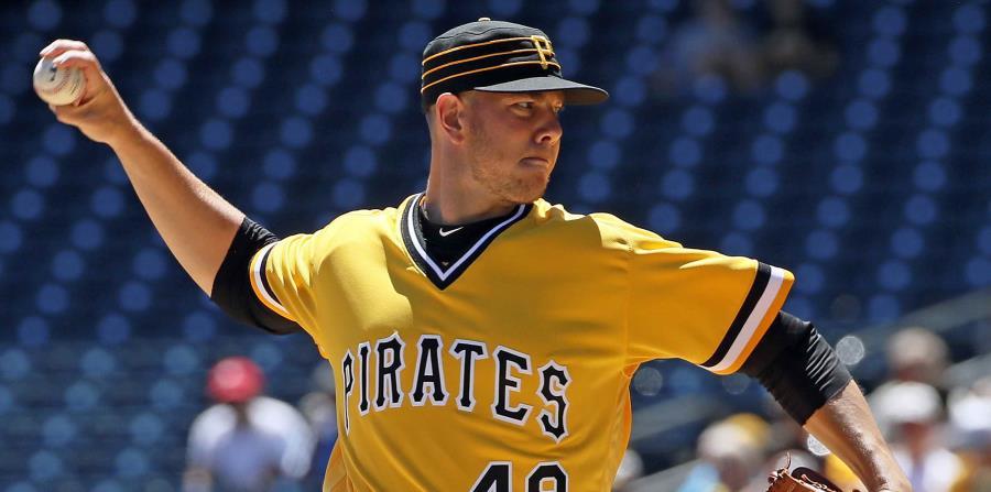 El abridor de los Piratas de Pittsburgh, Nick Kingham, hace un lanzamiento en el primer inning de un juego de béisbol contra los Filis de Filadelfia en Pittsburgh, el domingo 8 de julio de 2018. (AP) (horizontal-x3)