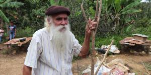 Don Guillermo sobrevive en Ciales sin un techo seguro