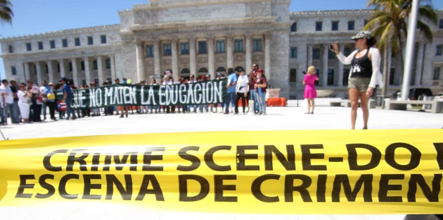 Manifestantes censuraron el anunciado cierre de 179 planteles del sistema público y el recorte multimillonario que impulsan en la Universidad de Puerto Rico. (horizontal-x3)