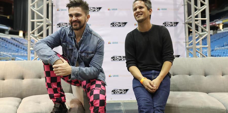 Juanes junto a Vicente García durante una conferencia de prensa previa a su concierto en la isla.