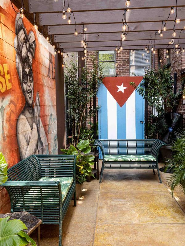 Casta's cuenta con un acogedor patio interior, cuyas paredes están decoradas con murales  realizados por la artista Nicolette Capuano. (Suministrada)