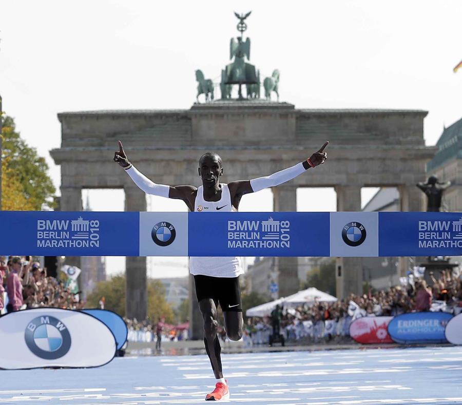 El keniano Eliud Kipchoge cruza la meta del Maratón de Berlín, el domingo 16 de septiembre de 2018. (AP) (semisquare-x3)