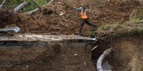Senador denuncia peligro por dos vías en Barranquitas que colapsaron por el huracán María