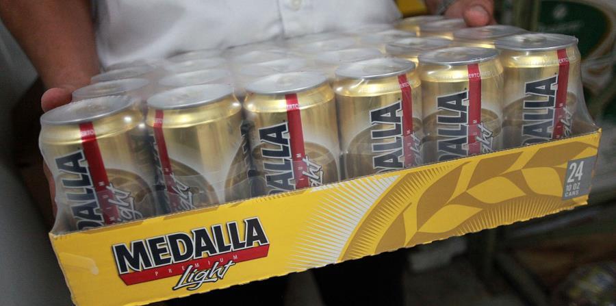 Ya se han vendido miles de caja de la cerveza Medalla en Florida. (GFR Media) (horizontal-x3)