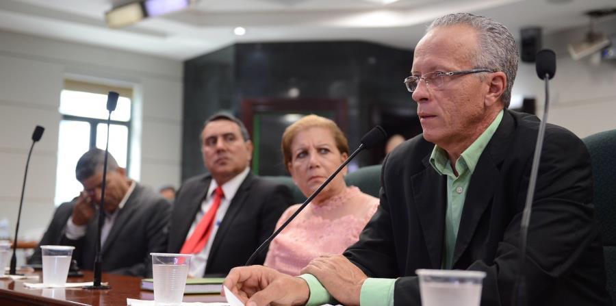 El presidente de la Asociación de Alcaldes, Rolando Ortiz (der.), lideró los trabajos durante la reunión del gremio. (Suministrada) (horizontal-x3)