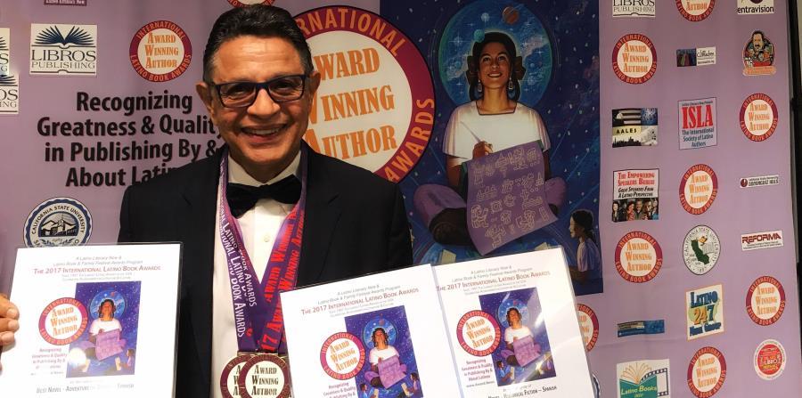 El escritor, compositor y humortivador muestra los tres primeros lugares que obtuvo durante la premiación del International Latino Book Awards, en Los Ángeles, California. (horizontal-x3)