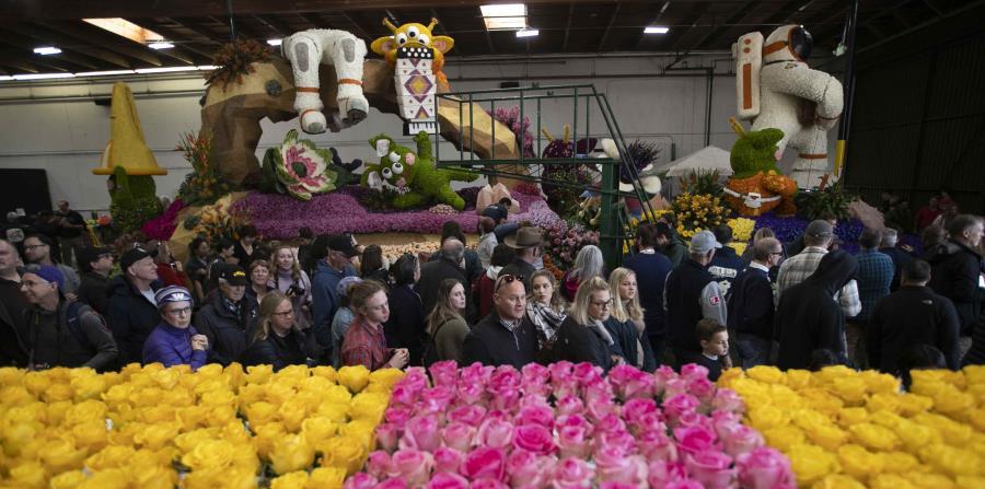 Visitante en el Desfile de las Flores. (horizontal-x3)